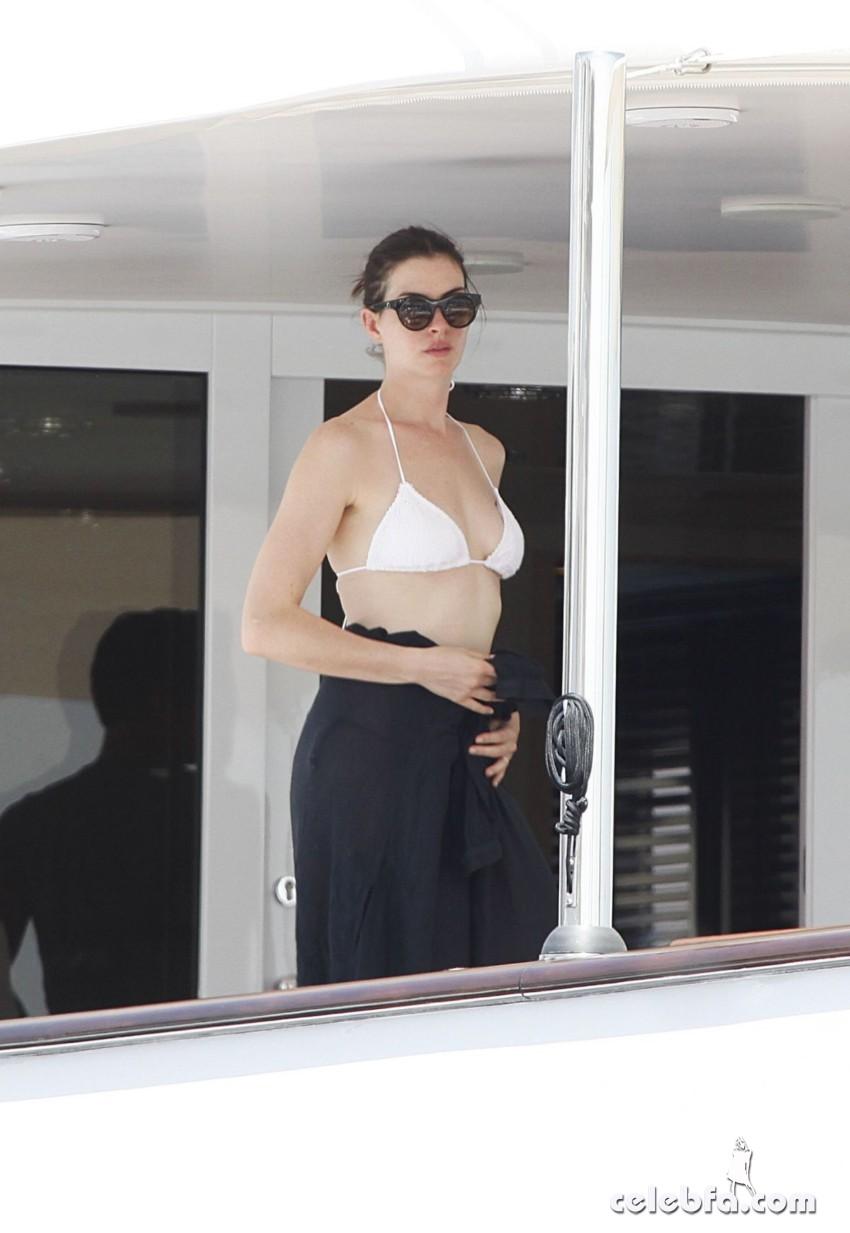 anne-harhaway-in-bikini-at-a-boat-in-ibiza (2)