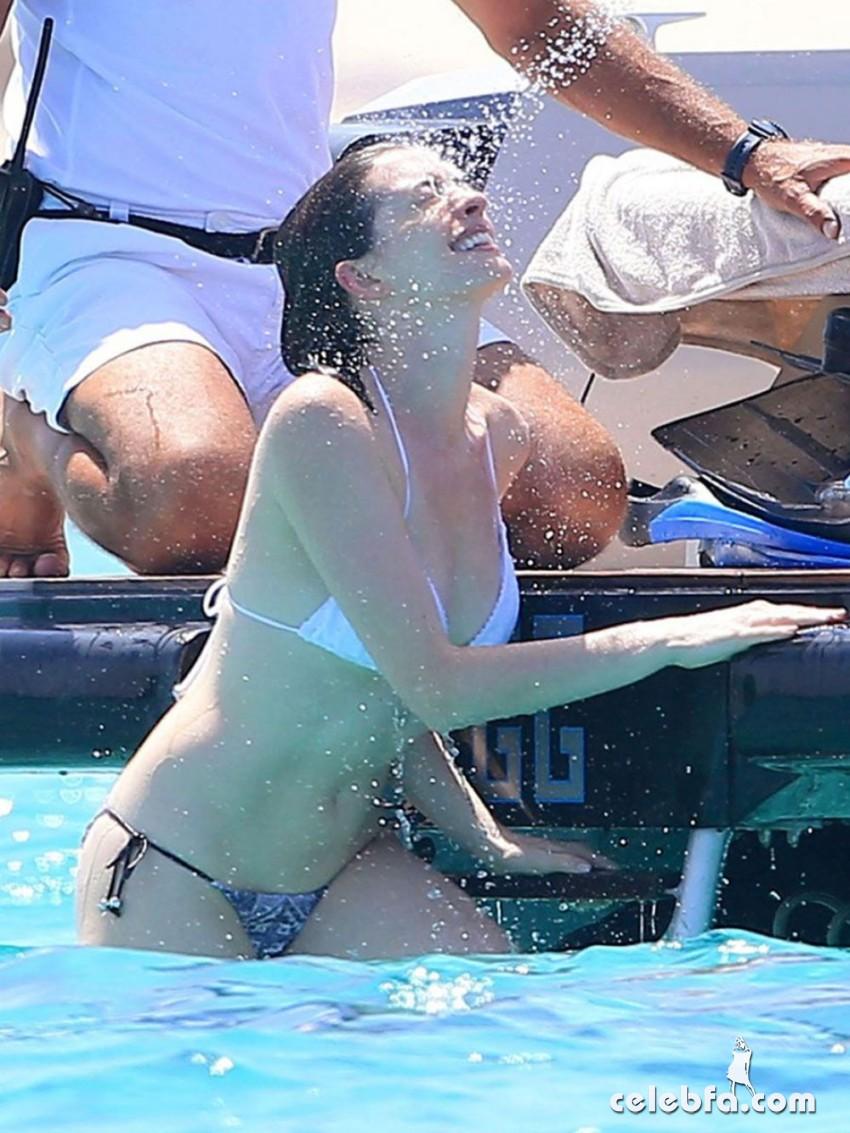 anne-harhaway-in-bikini-at-a-boat-in-ibiza (3)