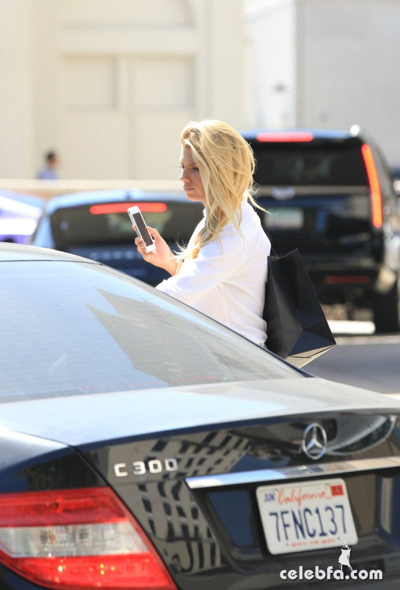 charlotte-mckinney-out-and-about-in-los-angeles (5)