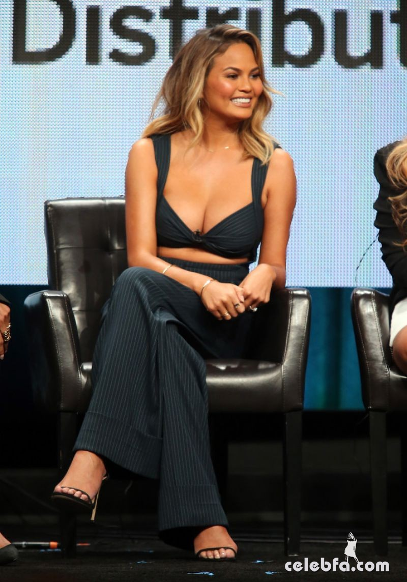 chrissy-teigen-at-the-fab-life-panel-at-2015-summer-tca-tour (2)