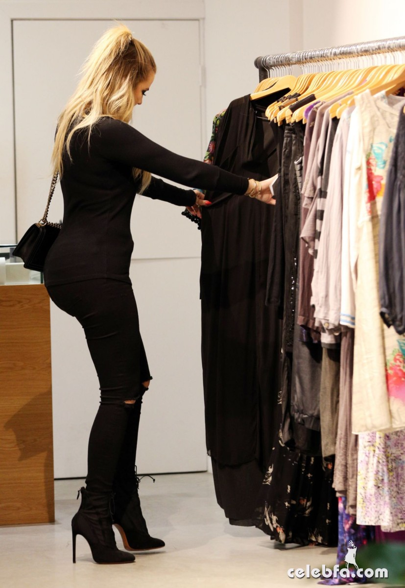 khloe-kardashian-out-shopping-in-sydney (4)