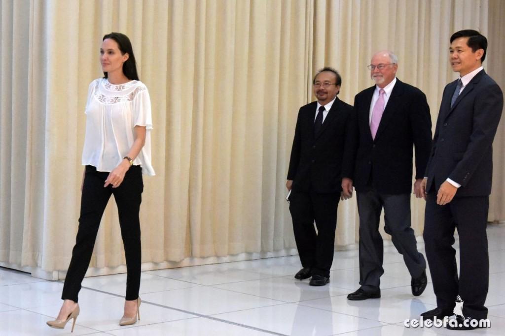 Angelina Jolie  in Cambodia (3)