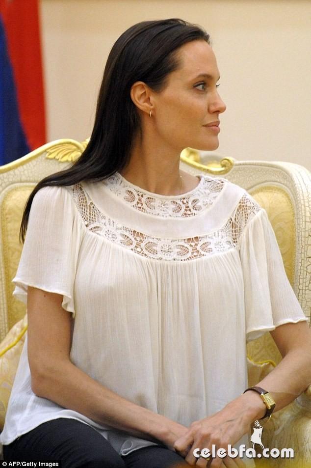 Angelina Jolie  in Cambodia (9)
