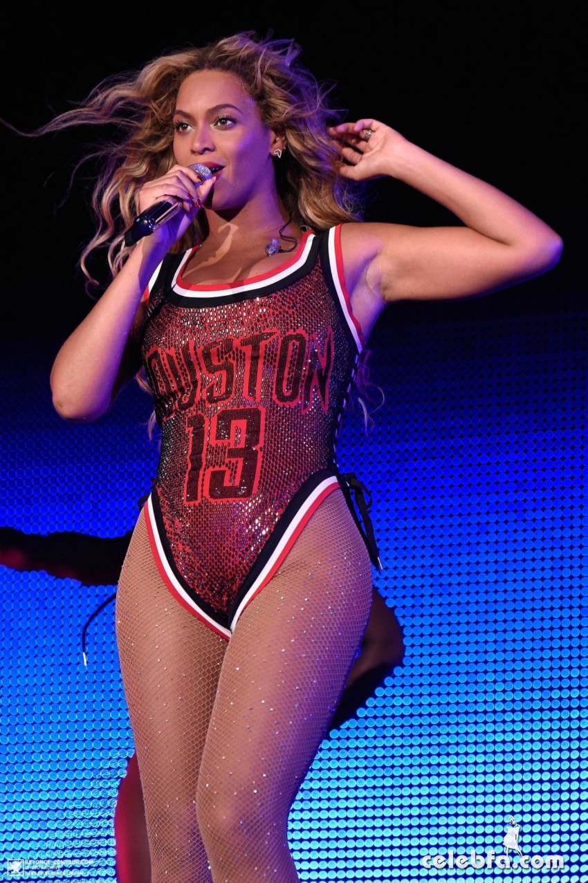 beyonce-performs-at-2015-budweiser-made-in-america-festival-at-benjamin-franklin-parkway-in-philadelphia (6)