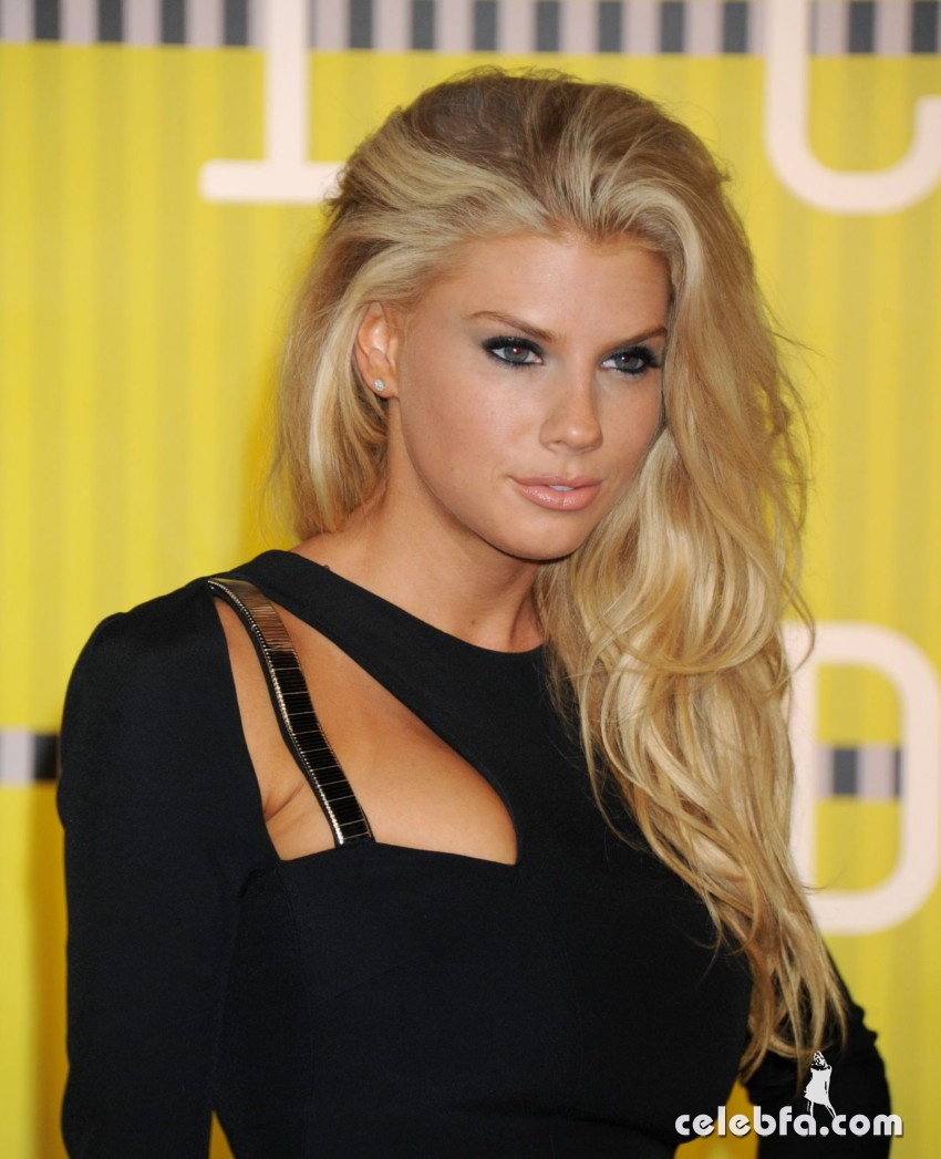 charlotte-mckinney-at-mtv-video-music-awards-2015 (1)