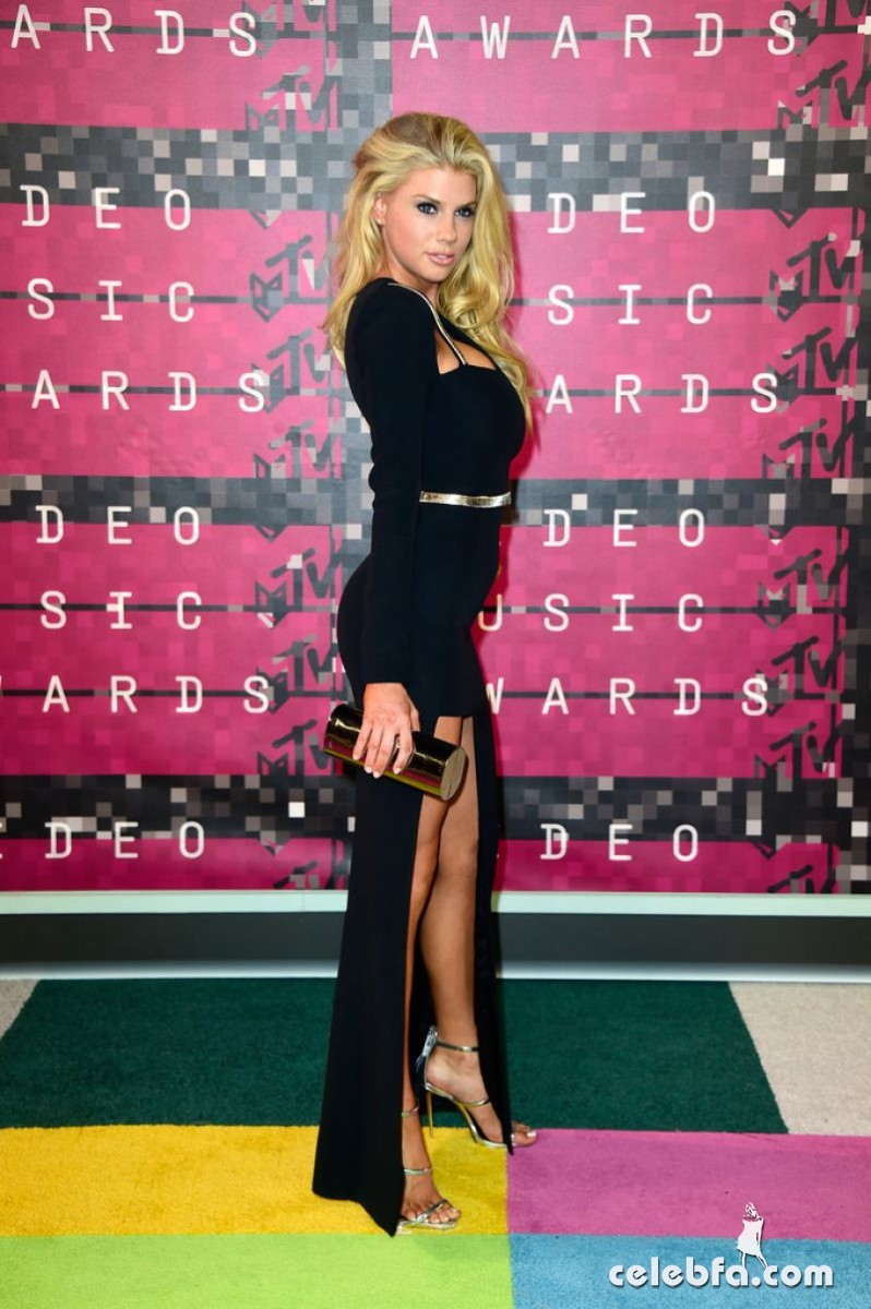 charlotte-mckinney-at-mtv-video-music-awards-2015 (3)