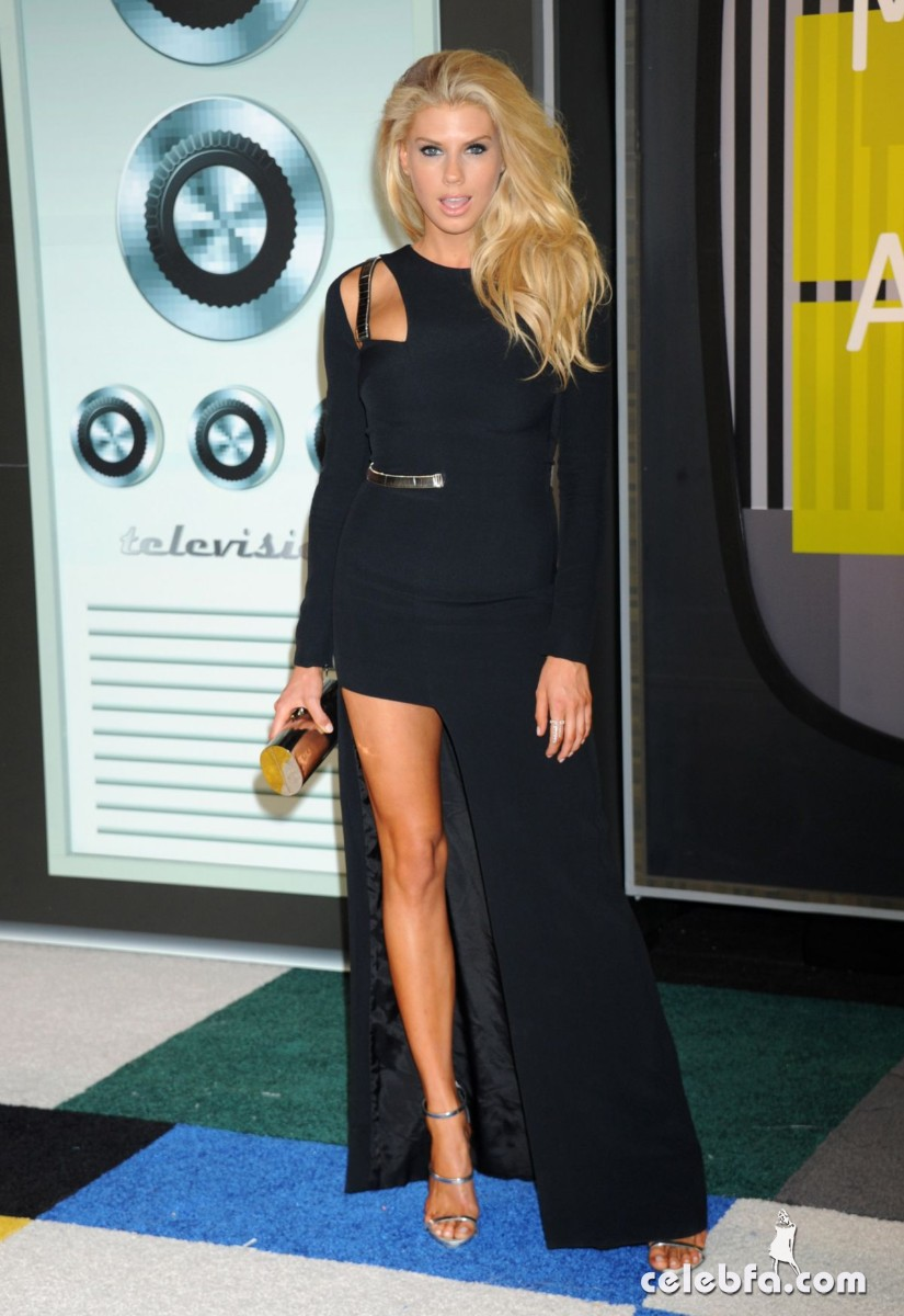 charlotte-mckinney-at-mtv-video-music-awards-2015 (4)