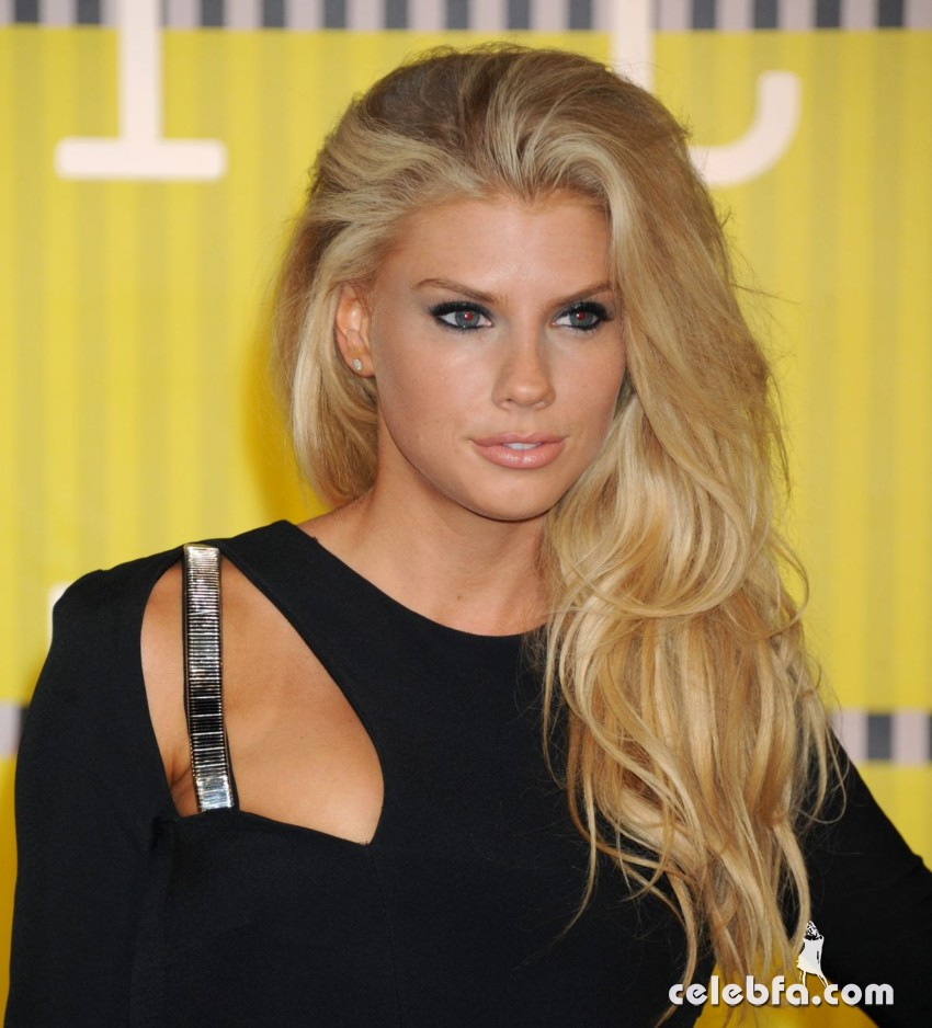 charlotte-mckinney-at-mtv-video-music-awards-2015 (5)