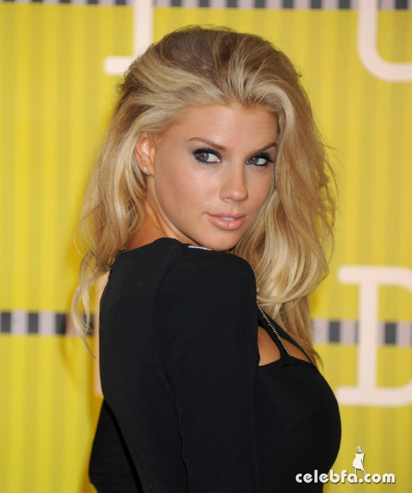charlotte-mckinney-at-mtv-video-music-awards-2015 (6)