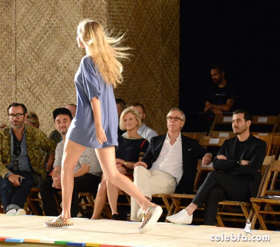 gigi-hadid-at-tommy-hilfiger-fashion-show-in-new-york (6)