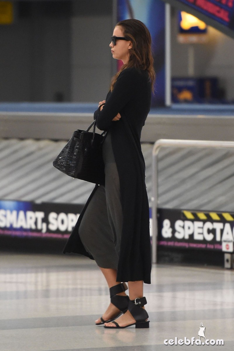irina-shayk-at-jfk-airport-in-new-york (3)