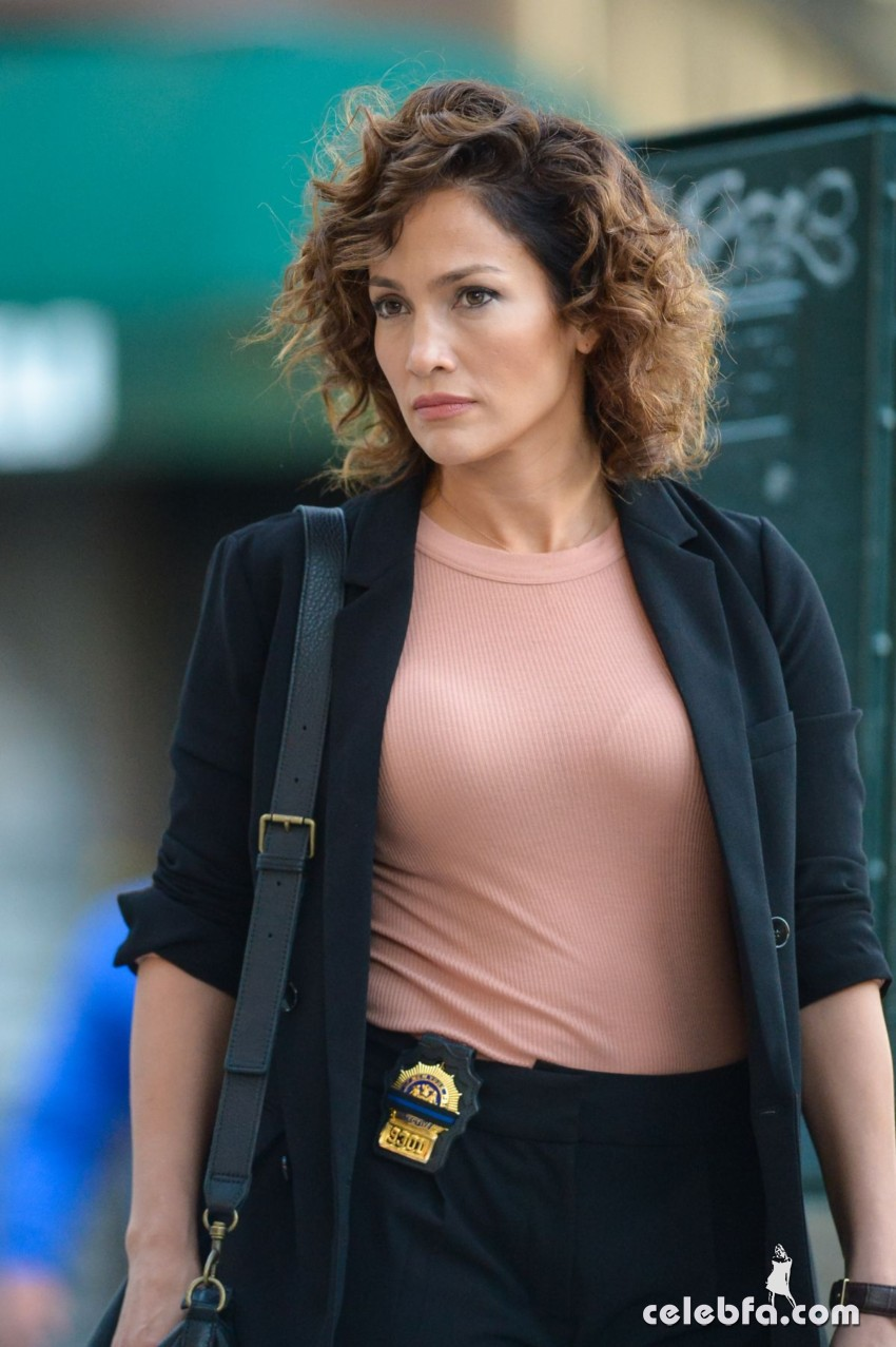 jennifer-lopez-on-the-set-of-shades-of-blue-in-new-york (1)