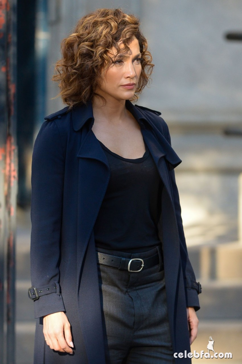 jennifer-lopez-on-the-set-of-shades-of-blue-in-new-york (2)