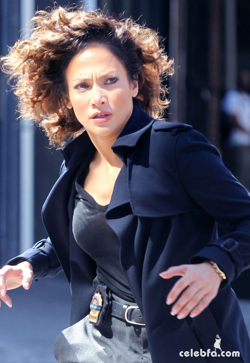 jennifer-lopez-on-the-set-of-shades-of-blue-in-new-york (5)