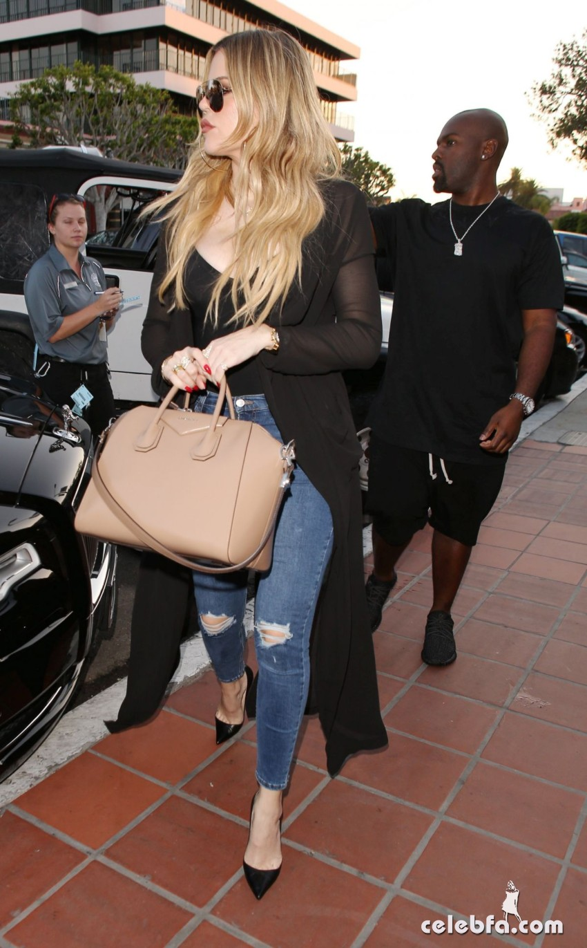 kim-and-khloe-kardashian-out-for-dinner-in-san-diego (8)