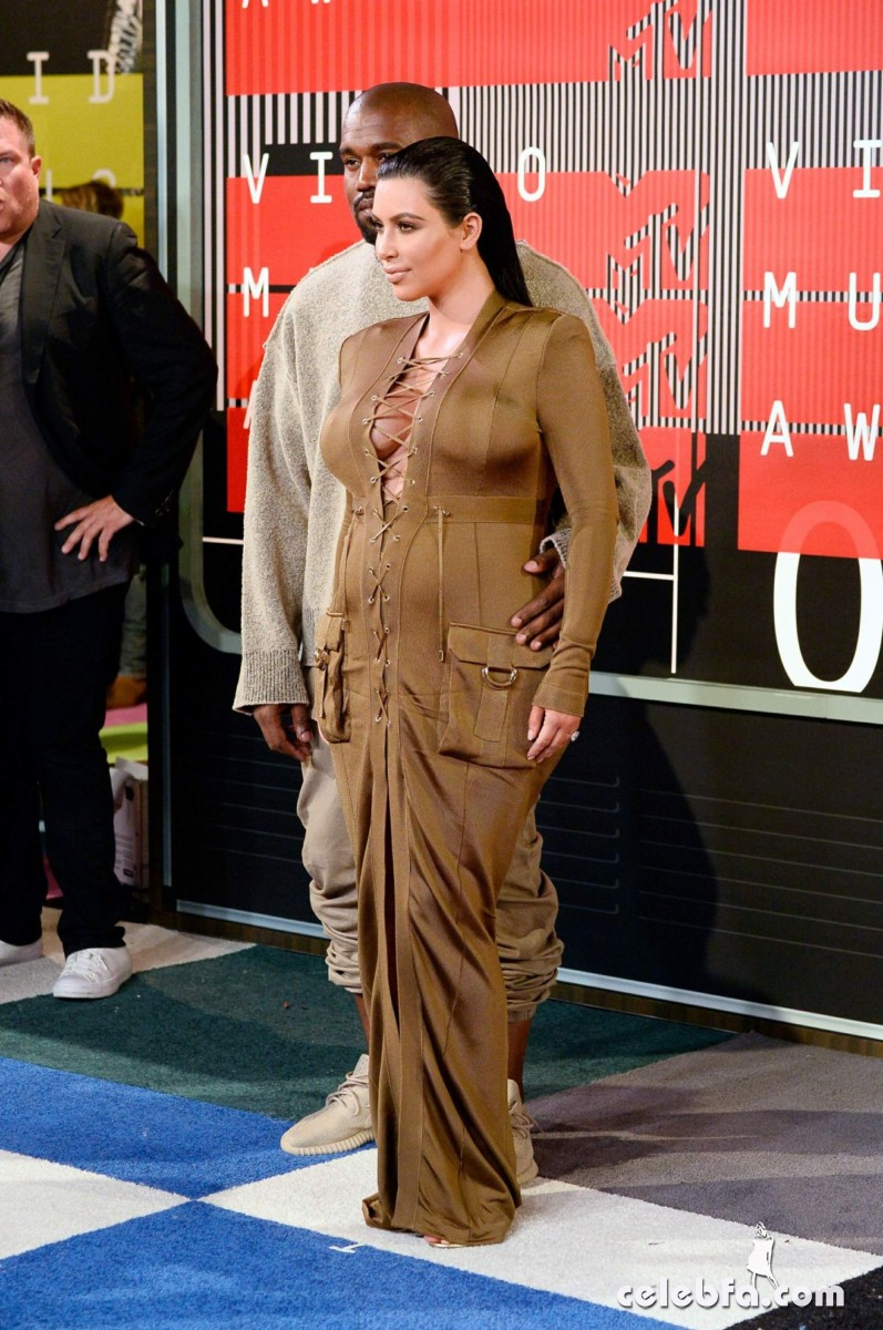 kim-kardashian-at-mtv-video-music-awards-2015 (2)