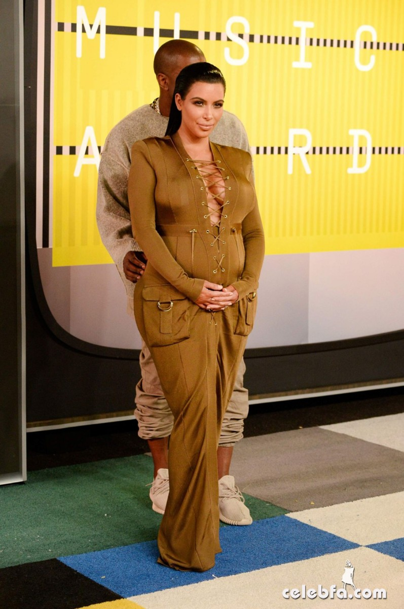 kim-kardashian-at-mtv-video-music-awards-2015 (3)