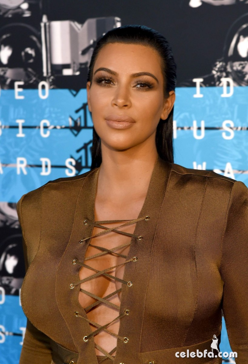 kim-kardashian-at-mtv-video-music-awards-2015 (6)