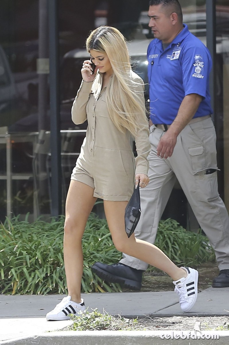kylie-jenner-arrives-at-spatz-laboratories (2)