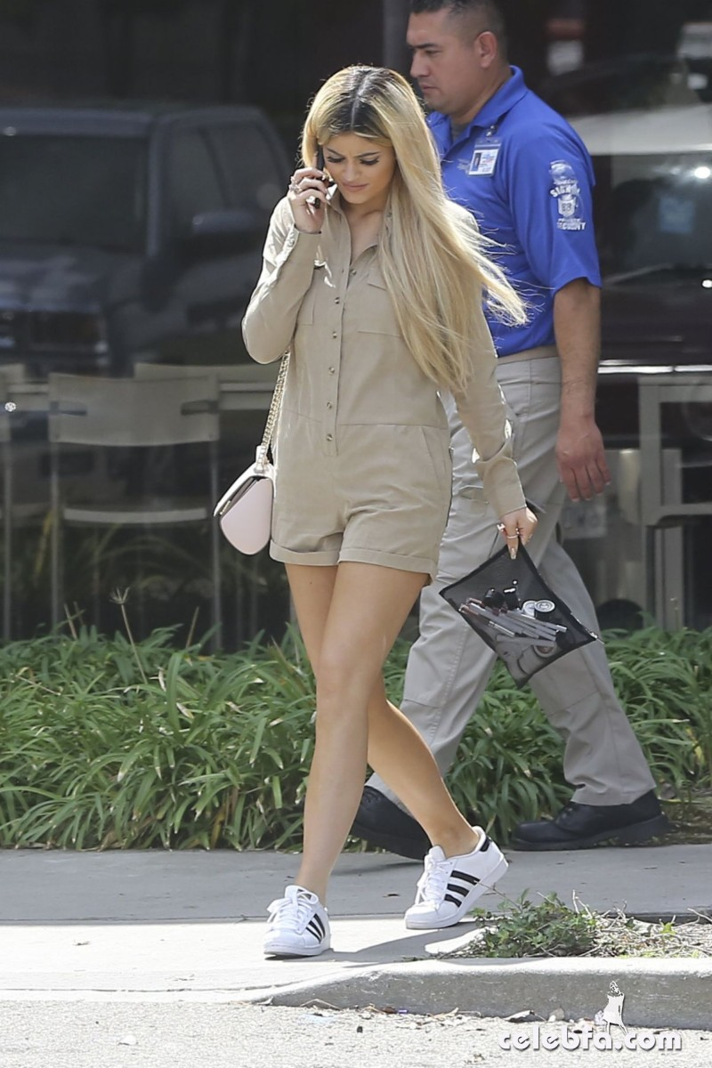 kylie-jenner-arrives-at-spatz-laboratories (3)