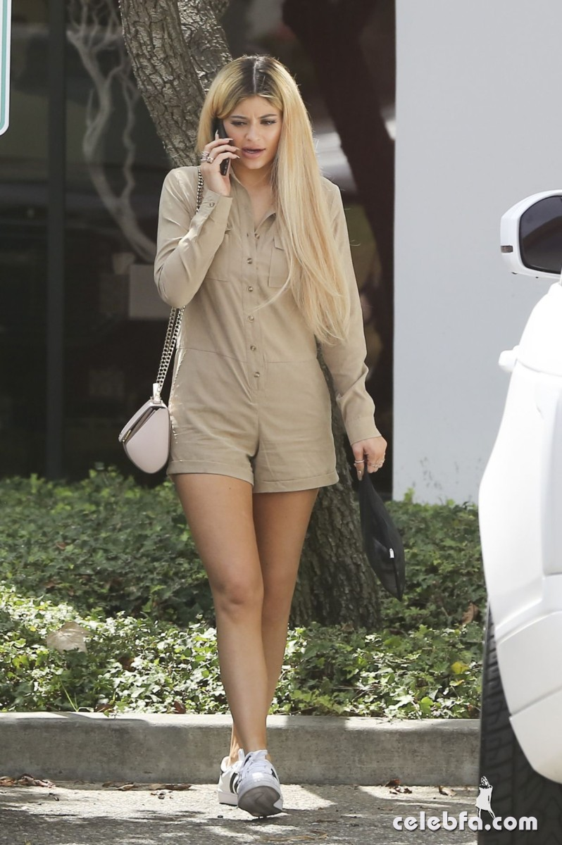 kylie-jenner-arrives-at-spatz-laboratories (6)