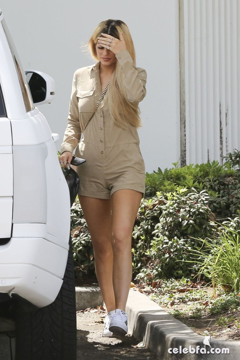 kylie-jenner-arrives-at-spatz-laboratories (8)