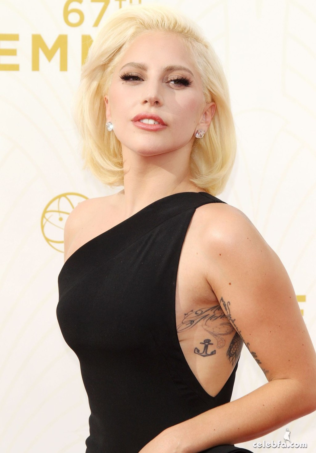lady-gaga-at-2015-emmy-awards (1)