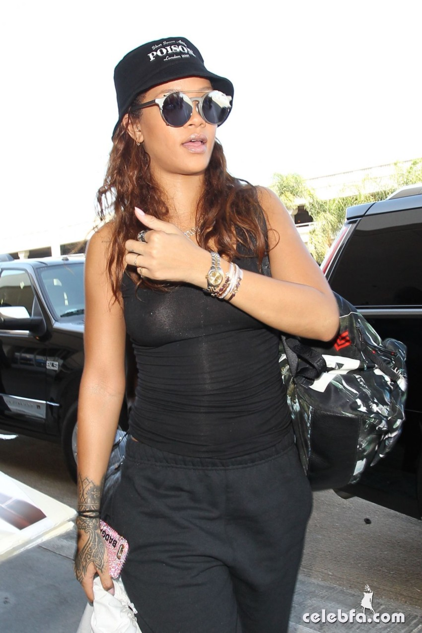 rihanna-at-los-angeles-international-airport (1)