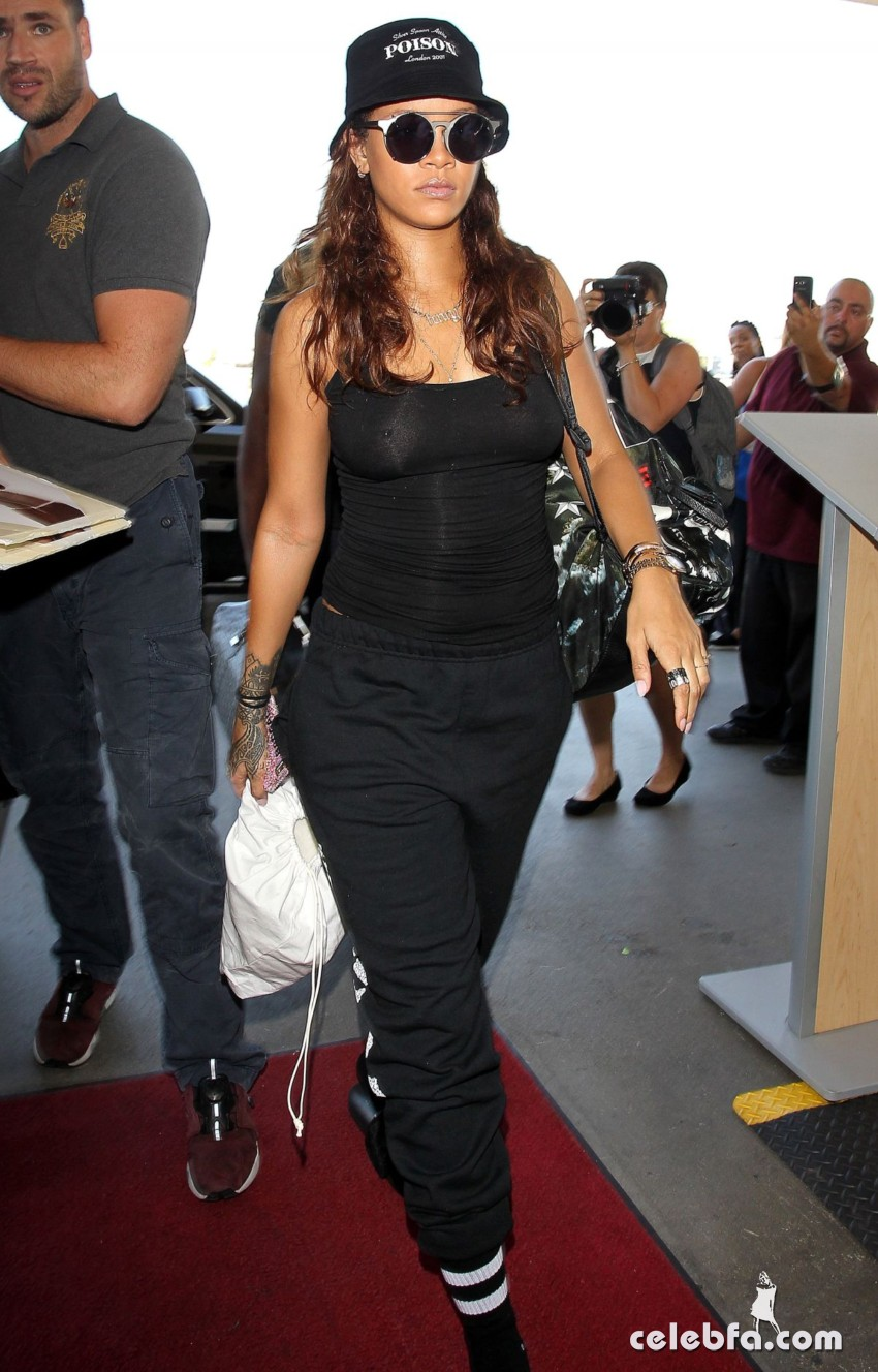 rihanna-at-los-angeles-international-airport (7)