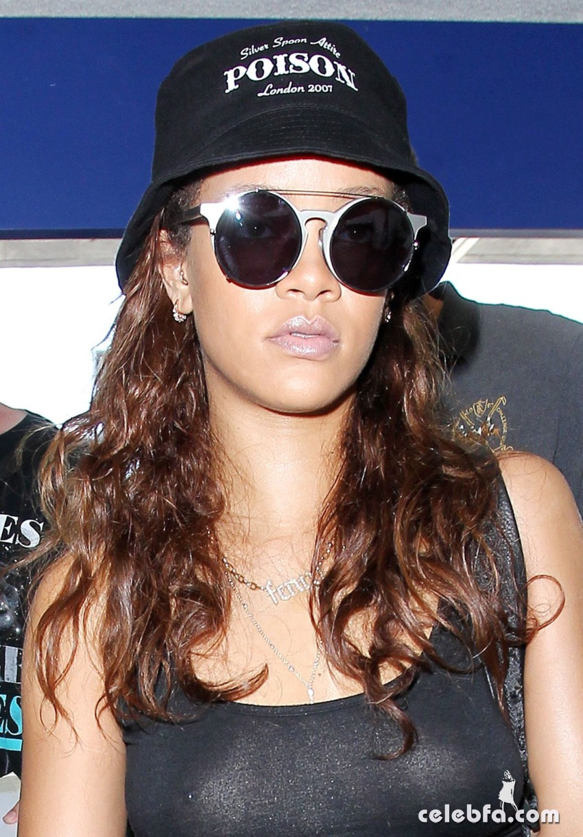 rihanna-at-los-angeles-international-airport (9)