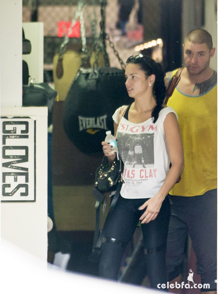 adriana-lima-leaves-a-gym-in-miami (4)