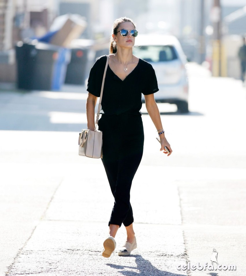 alessandra-ambrosio-out-and-about-in-los-angeles (1)