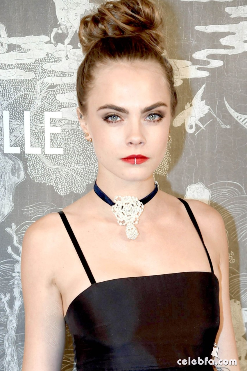 cara-delevingne-at-chanel-exhibition-party-in-london (1)
