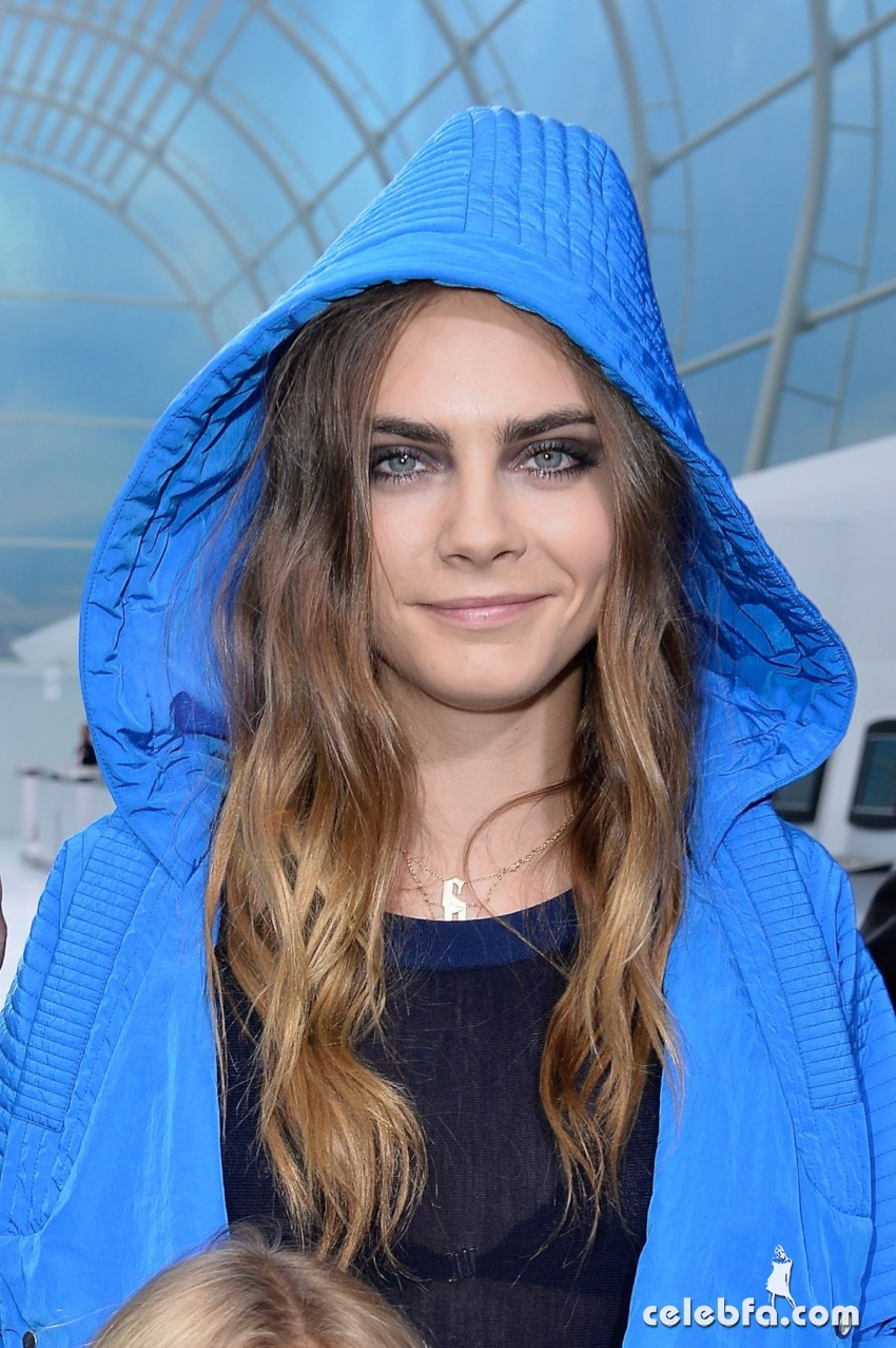cara-delevingne-at-chanel-fashion-show-at-paris-fashion-week (1)