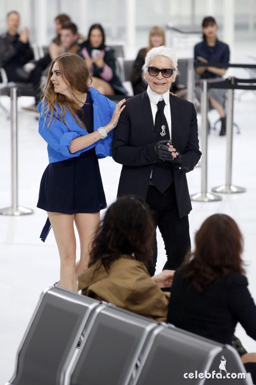cara-delevingne-at-chanel-fashion-show-at-paris-fashion-week (3)