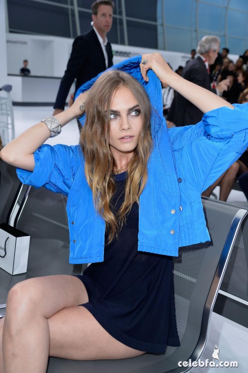 cara-delevingne-at-chanel-fashion-show-at-paris-fashion-week (5)