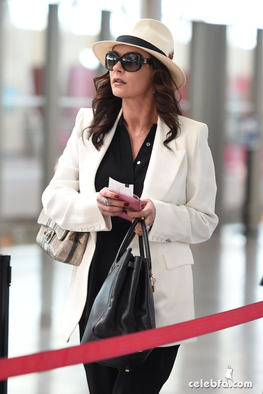 catherine-zeta-jones-arrives-at-jfk-airport-in-new-york (1)