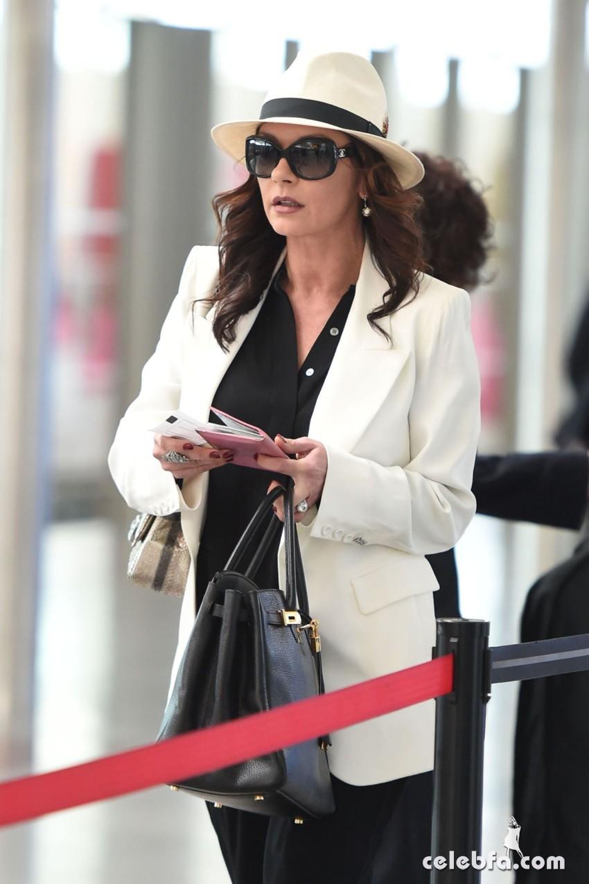 catherine-zeta-jones-arrives-at-jfk-airport-in-new-york (4)