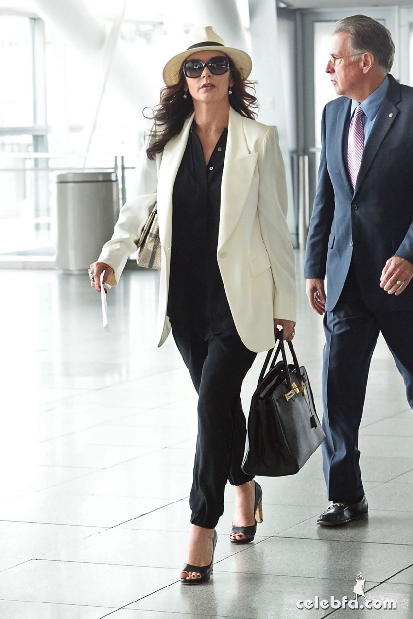 catherine-zeta-jones-arrives-at-jfk-airport-in-new-york (6)