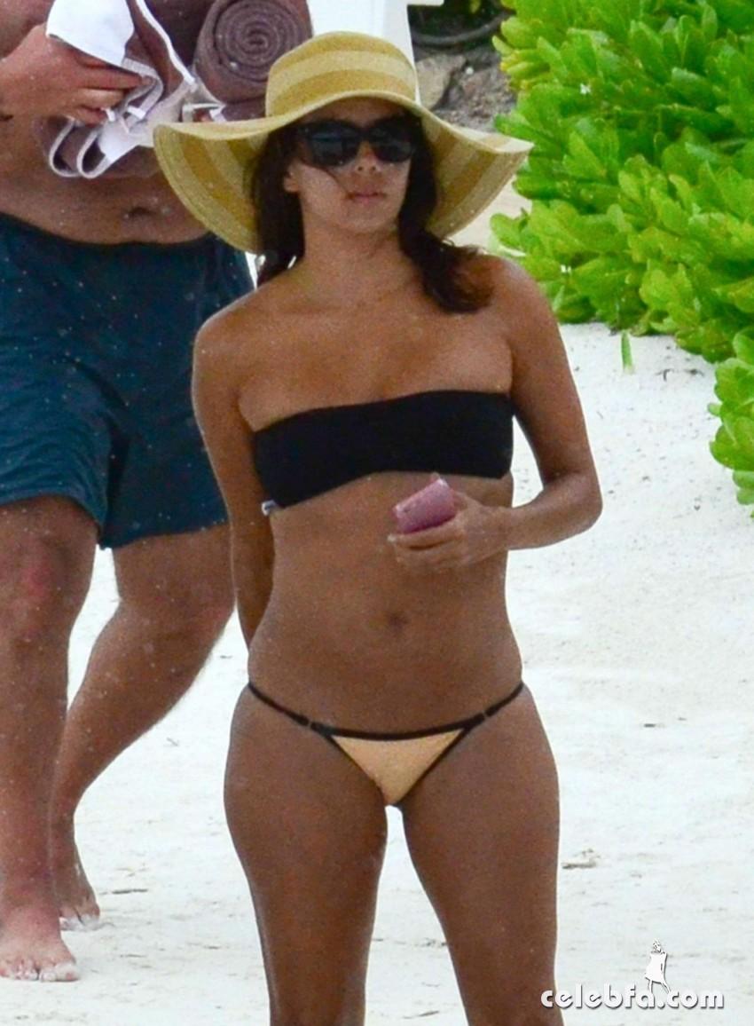 eva-longoria-in-bikini-at-a-beach-in-cancun (1)