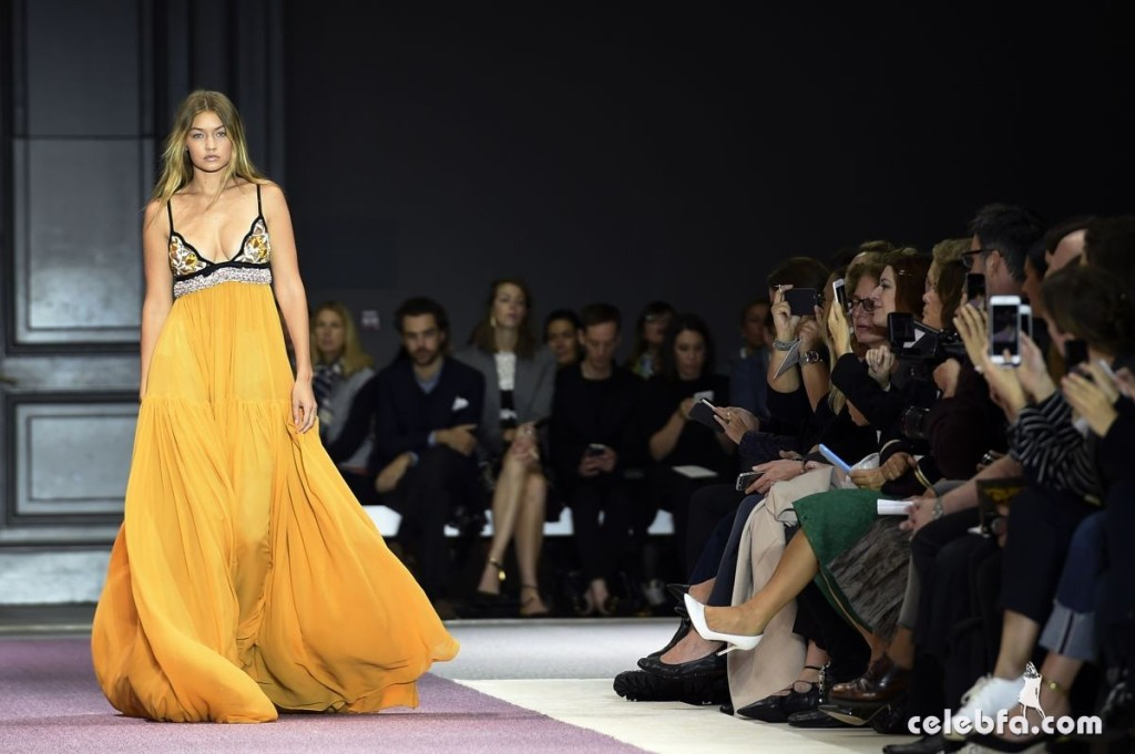 gigi-hadid-at-giambattista-valli-fashion-show-at-paris-fashion-week (3)