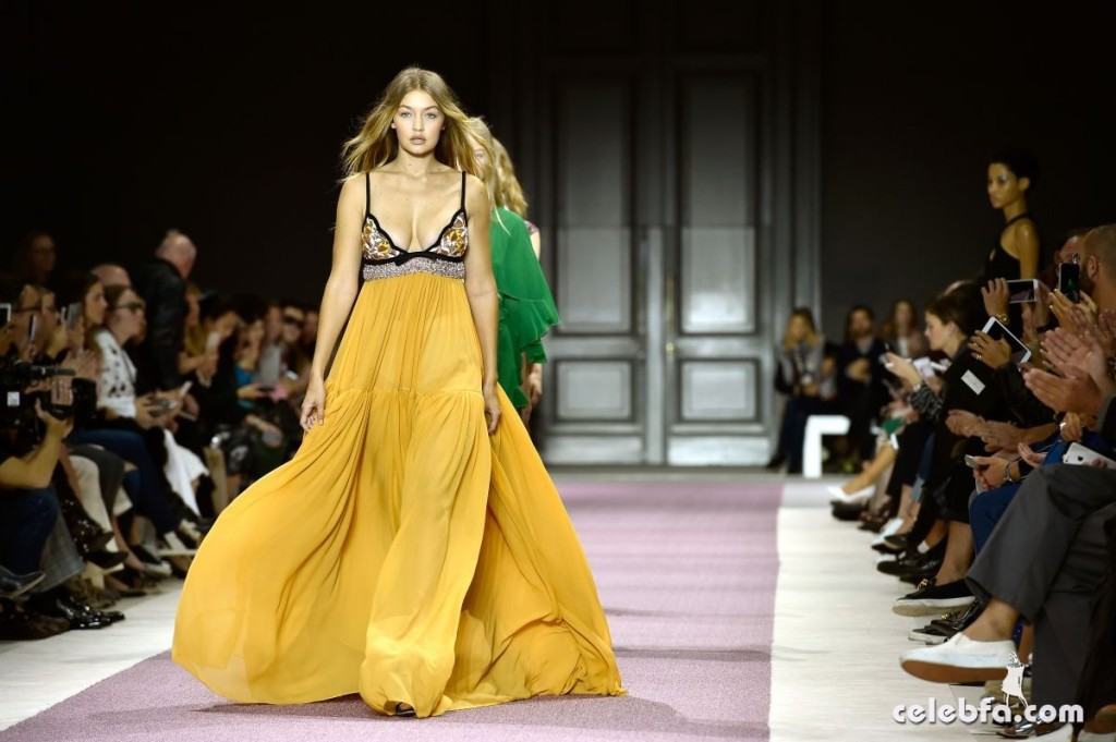 gigi-hadid-at-giambattista-valli-fashion-show-at-paris-fashion-week (9)