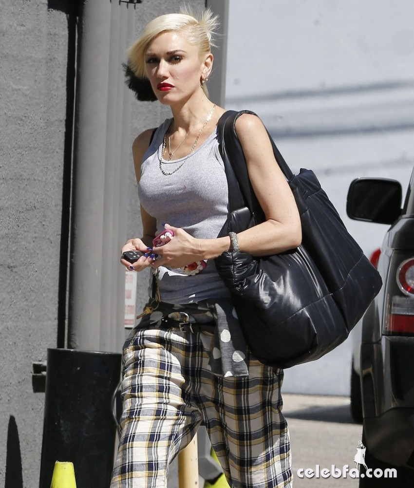 Exclusive... 51873902 Newly single singer and busy mom Gwen Stefani is seen heading to a studio in Santa Monica, California California on October 8, 2015. Gwen is set to battle estranged husband Gavin Rossdale in court, as Gavin is seeking half of her 100 million dollar fortune. FameFlynet, Inc - Beverly Hills, CA, USA - +1 (818) 307-4813