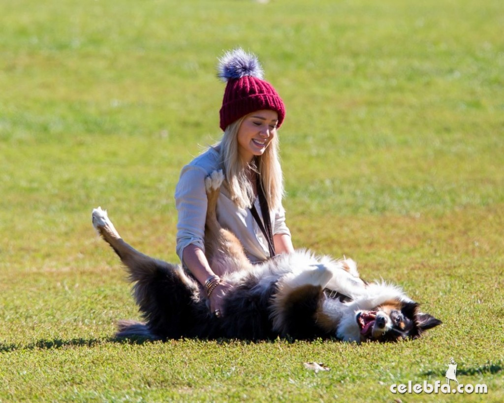hilary-duff-playing-with-dogs-at-a-park-in-new-york (2)