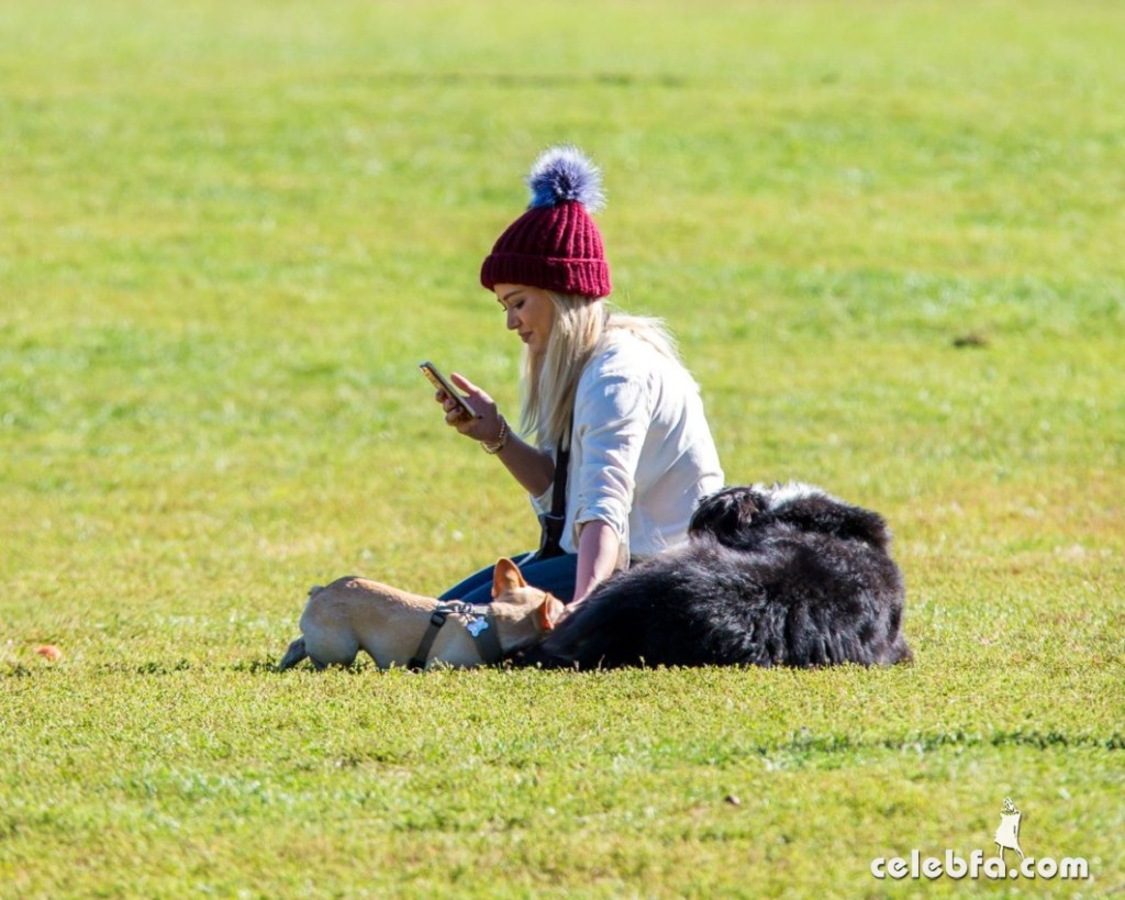 hilary-duff-playing-with-dogs-at-a-park-in-new-york (7)