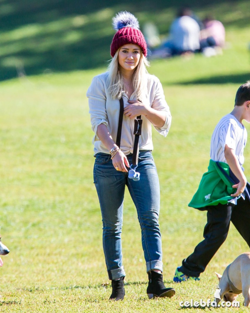 hilary-duff-playing-with-dogs-at-a-park-in-new-york (8)