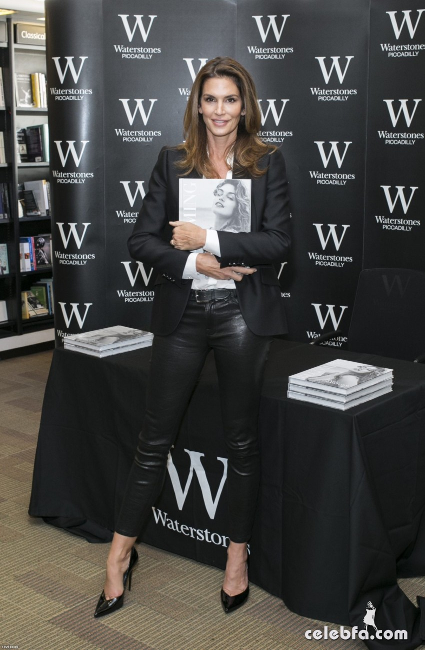 indy Crawford - signs copies of her book Becoming (1)