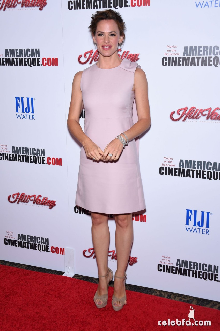 jennifer-garner-at-american-cinematheque-honors-reese-witherspoon (1)