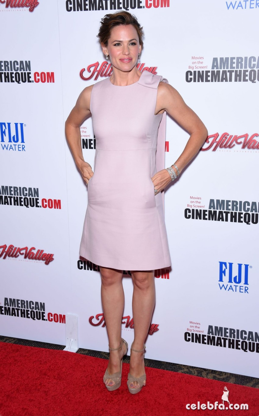 jennifer-garner-at-american-cinematheque-honors-reese-witherspoon (2)