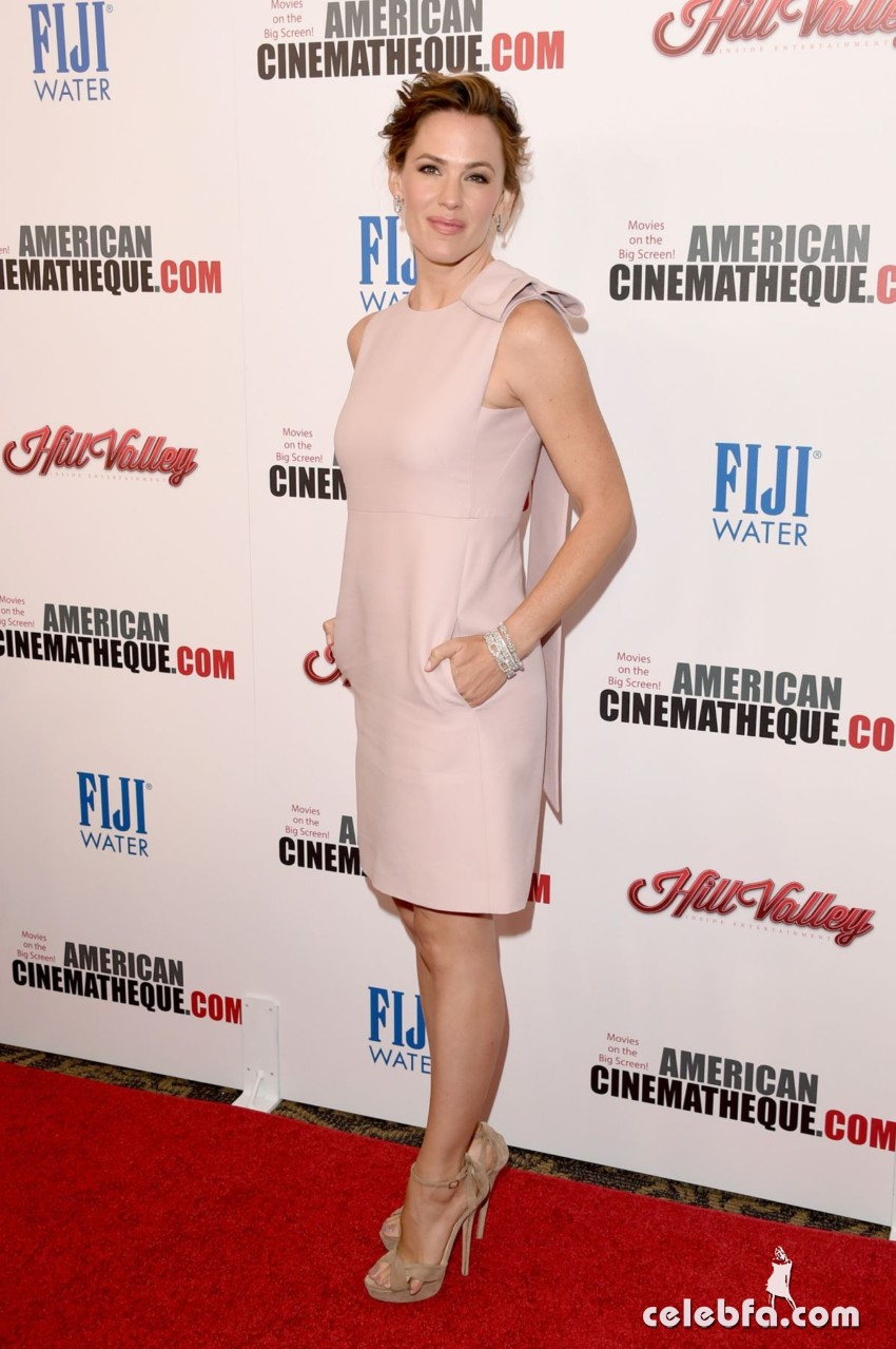 jennifer-garner-at-american-cinematheque-honors-reese-witherspoon (3)